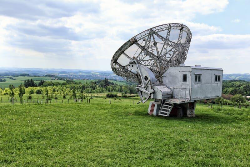 Riesiges Radioteleskop mit silbernem Steuerstand lizenzfreie stockbilder