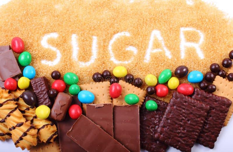 Riet bruine suiker en heel wat snoepjes stock foto's