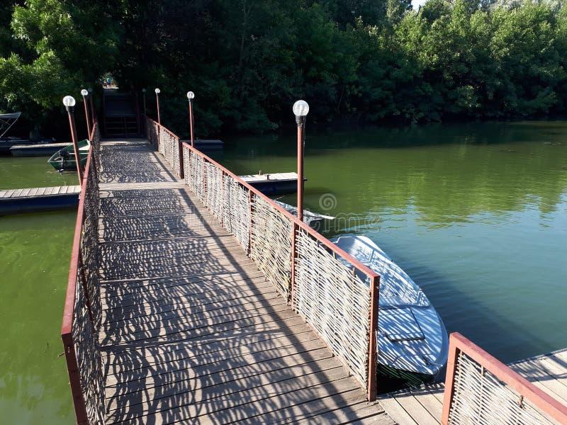 Rieten brug over de rivier royalty-vrije stock fotografie