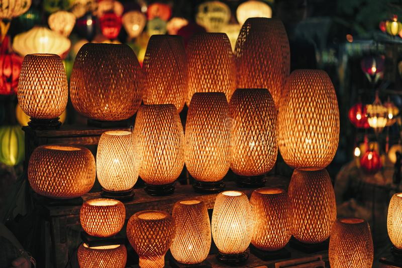 Rieten lichte lampen in nachtmarkt in de oude stad van Hoi An, Vietnam stock afbeeldingen