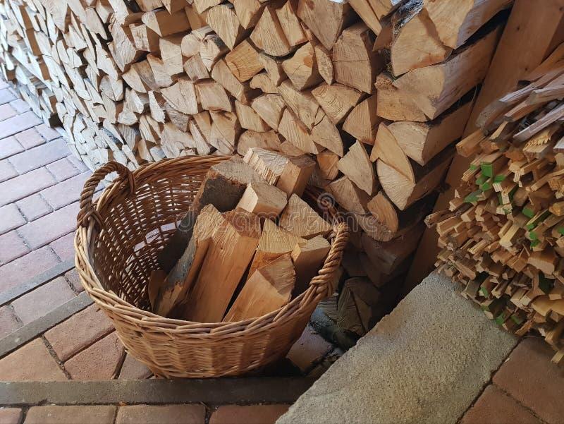 Rieten mand brandhout op de treden stock foto's