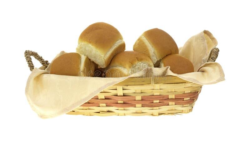 Rieten mand die met dinerbroodjes wordt gevuld royalty-vrije stock fotografie