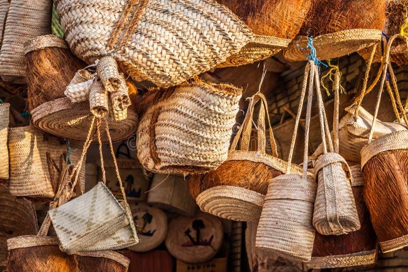 Rieten mand in markt, Gafsa, Tunesië stock foto's