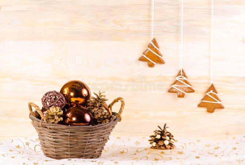 Rieten mand met Kerstmis glassballs stock foto's