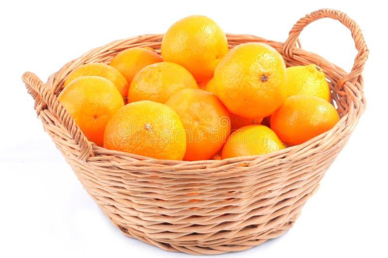 Rieten mand van mandarijnen op een witte achtergrond royalty-vrije stock foto