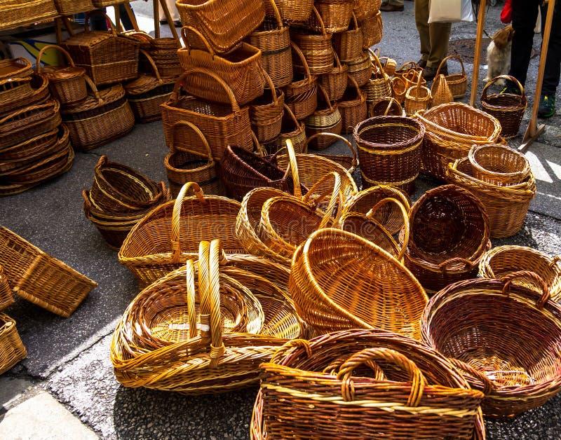 Download Rieten Manden Op De Stadsmarkt Stock Afbeelding - Afbeelding bestaande uit stad, verkoop: 114225883