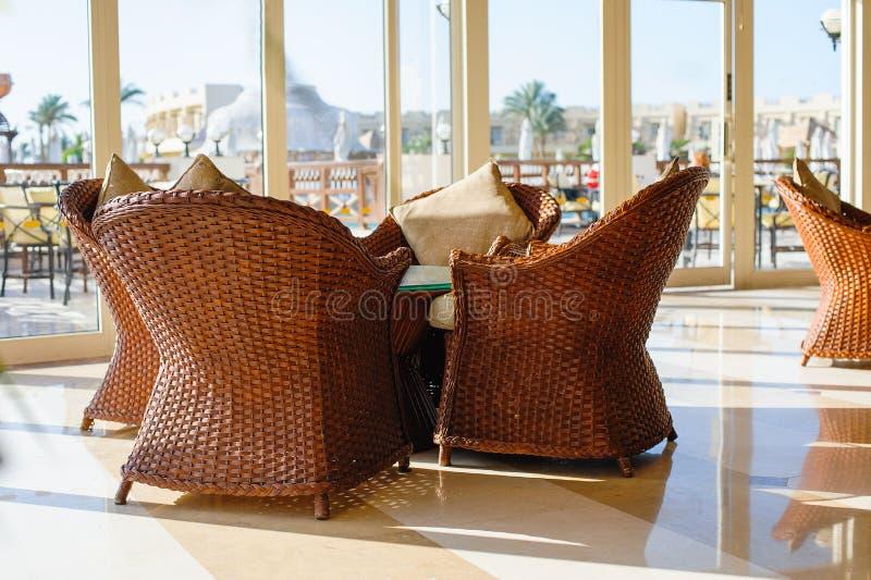 Rieten meubilair in koffie stock fotografie