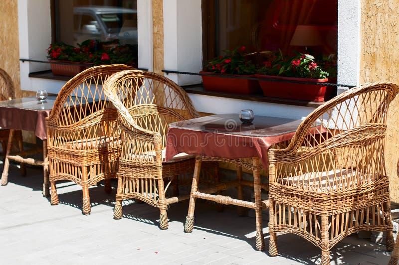 Rieten meubilair in koffie in openlucht. stock afbeeldingen