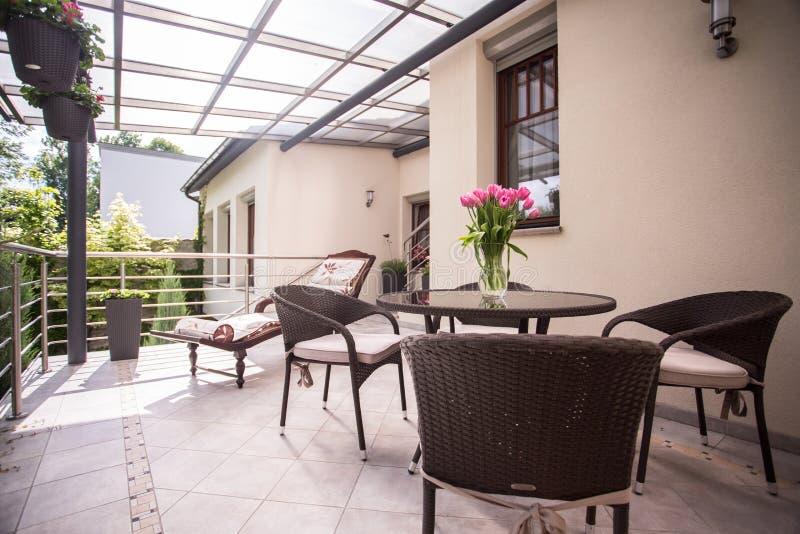 Rieten meubilair op het balkon stock foto's