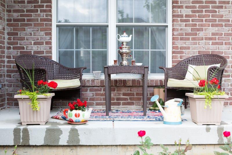 Rieten meubilair op het terras met een samovar stock foto's