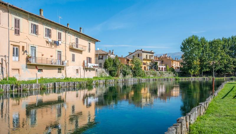 Rieti huvudstad av Sabina den historiska regionen, sikt från den Velino floden, Lazio Italien arkivbilder