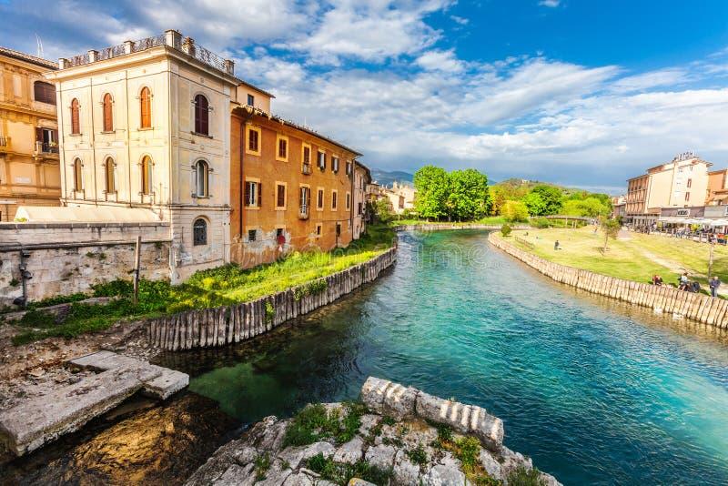 Rieti stad av centrala Italien Fiume Velino med forntida den längst ner hus och romerska bron arkivfoto