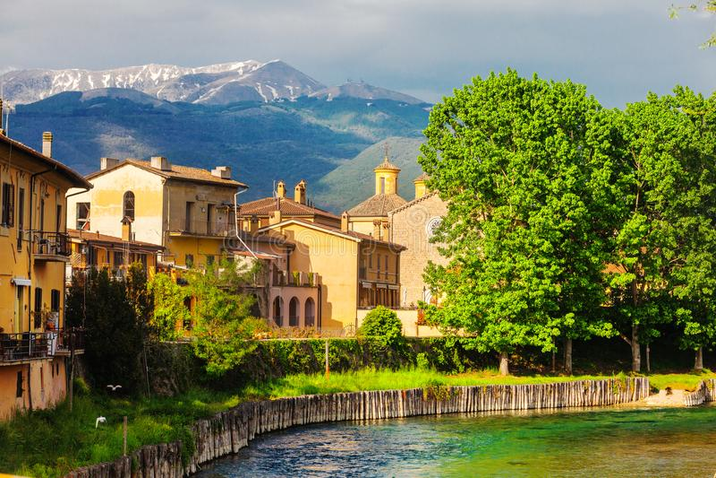 Rieti, Stadt von Mittel-Italien Fiume Velino mit alten Häusern und dem Terminillo-Berg an der Spitze lizenzfreies stockfoto