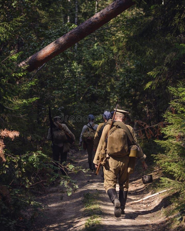 Rievocazione storica della guerra civile russa nei Urals nel 1918 Il soldato dell'esercito bianco va su un sentiero forestale immagini stock