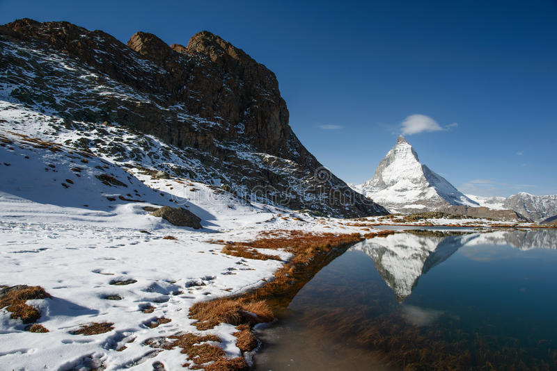 Riffelsee con Matterhorn immagini stock libere da diritti