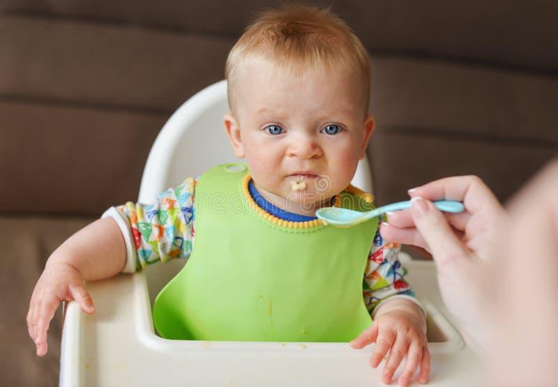 Rifiuti del bambino per mangiare una carne fotografia stock