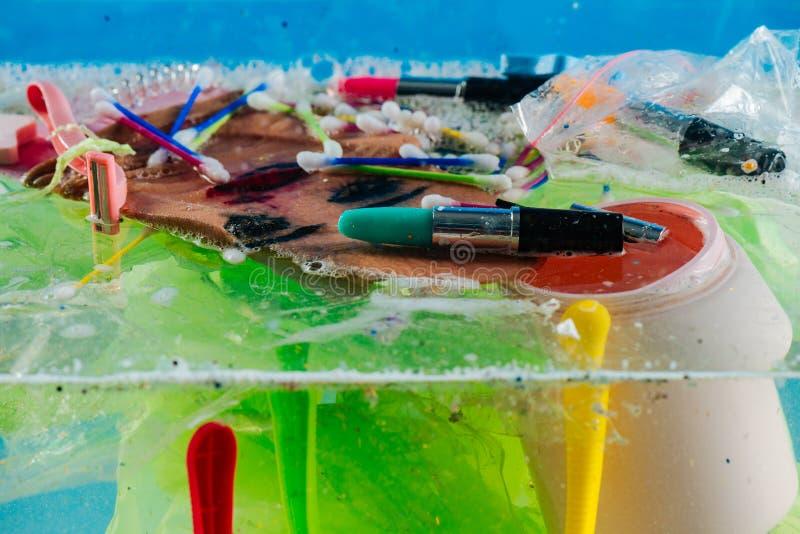 Rifiuti disgustosi sporchi che si trovano sulla cima del mucchio di plastica fotografia stock libera da diritti
