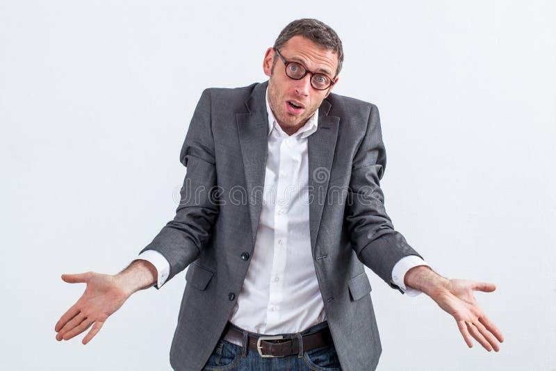 Rifiuto corporativo per l'uomo d'affari perplesso che si scusa per l'ignoranza fotografia stock