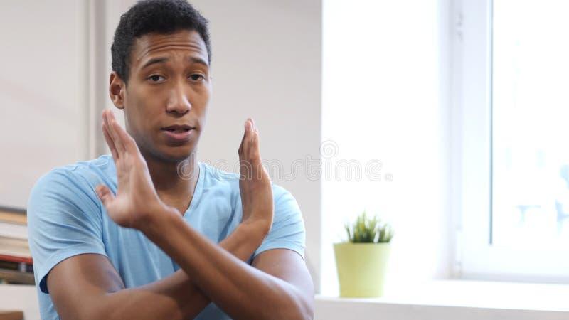 Rifiuto, gesto di no dal giovane uomo di colore fotografia stock