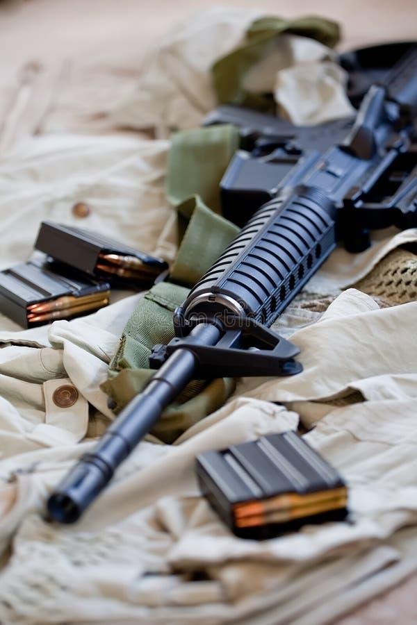 Rifle AR-15 y compartimientos imagenes de archivo