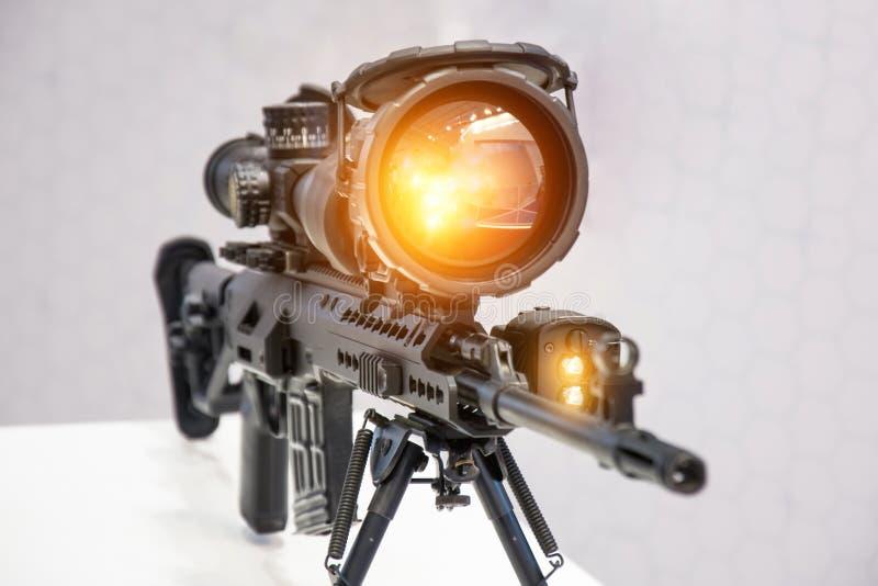 Rifle com uma arma com um espaço ampliando e infravermelho imagem de stock