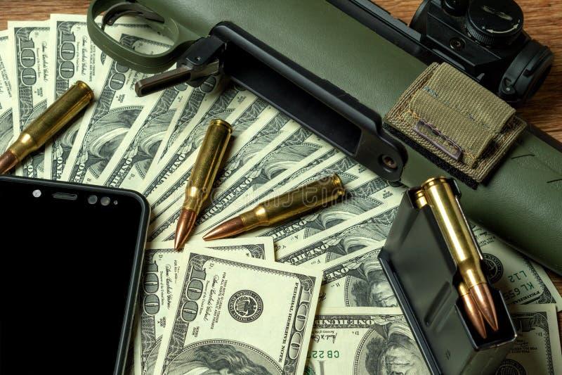 Rifle, compartimento e cartuchos no dinheiro Conceito para o crime, matança de contrato, assassino pago, terrorismo, guerra, braç foto de stock royalty free