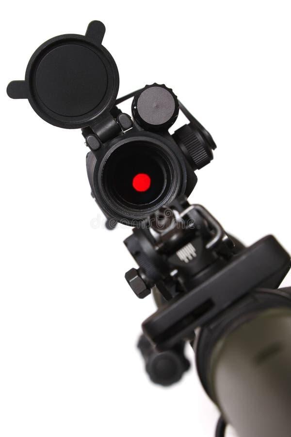 Rifle con vista roja del punto en ella. fotografía de archivo