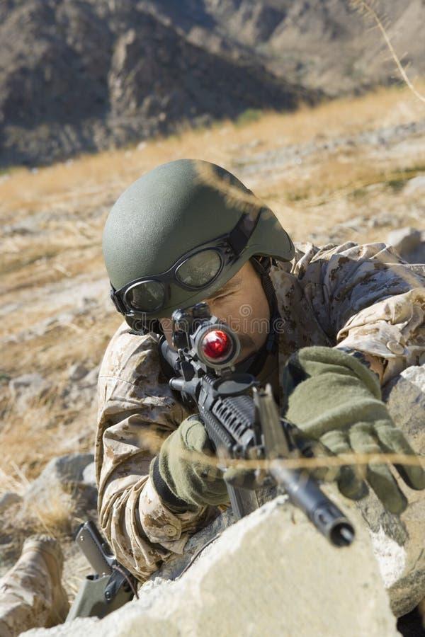 Rifle de Aiming With Sniper del soldado foto de archivo
