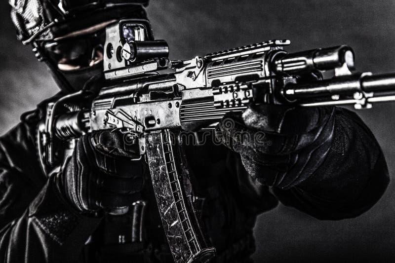 Rifle de asalto moderno en manos del combatiente del comando foto de archivo