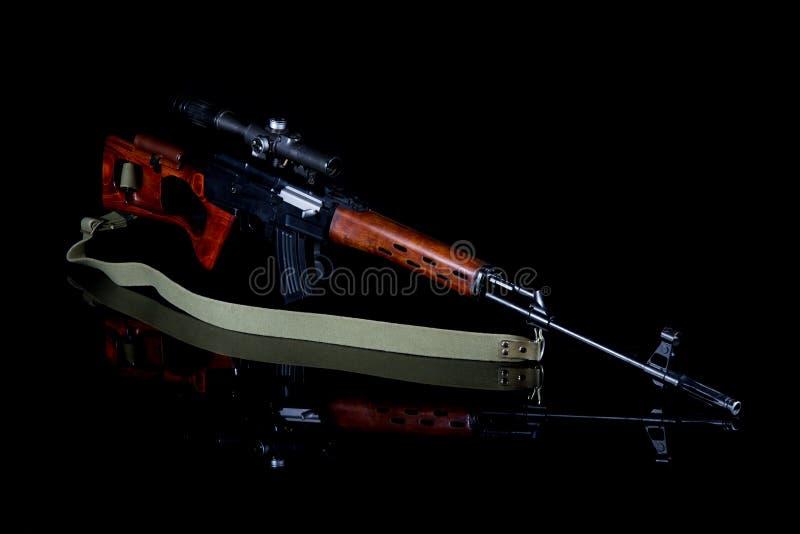 Rifle de atirador furtivo com vista ótica foto de stock