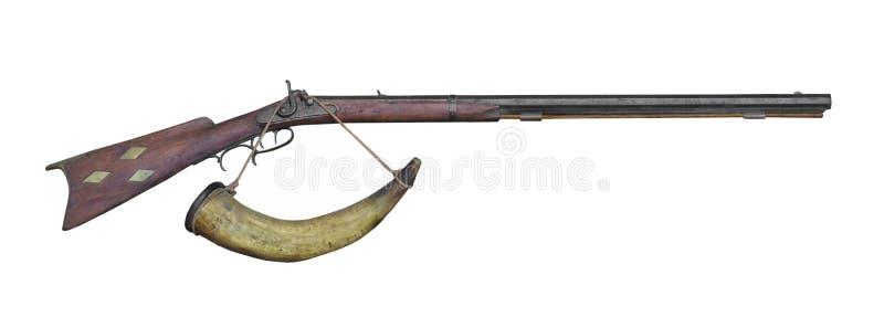 Rifle del cargamento del bozal y cuerno de polvo aislado fotos de archivo