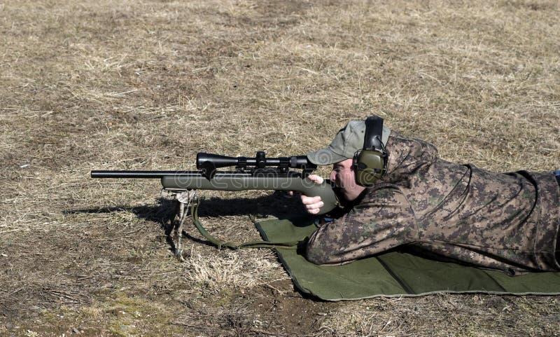 Rifle del Shooting del hombre fotos de archivo libres de regalías