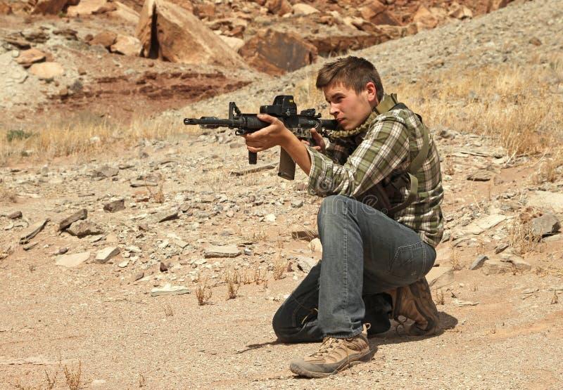 Rifle do tiro do adolescente. imagem de stock royalty free