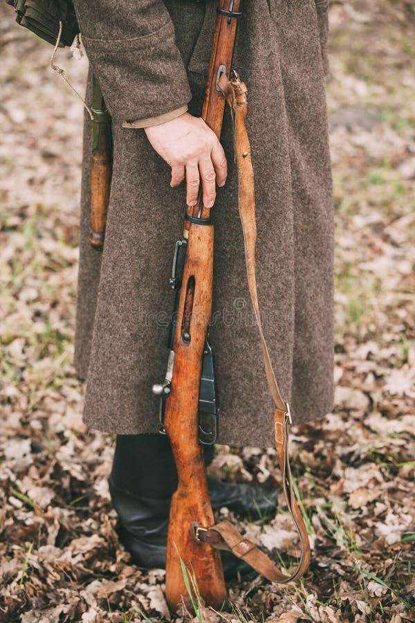 Rifle soviético ruso Weap de los controles de Of World War II del soldado de la infantería imagenes de archivo