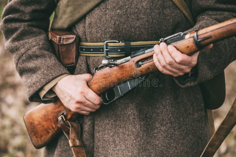 Rifle soviético ruso Weap de los controles de Of World War II del soldado de la infantería foto de archivo libre de regalías