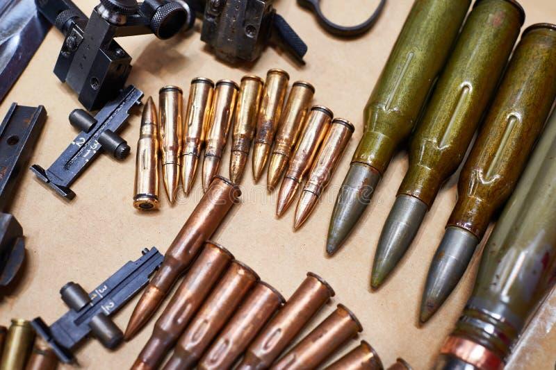Rifles de la munición de las disposiciones y ametralladoras de la Segunda Guerra Mundial fotos de archivo