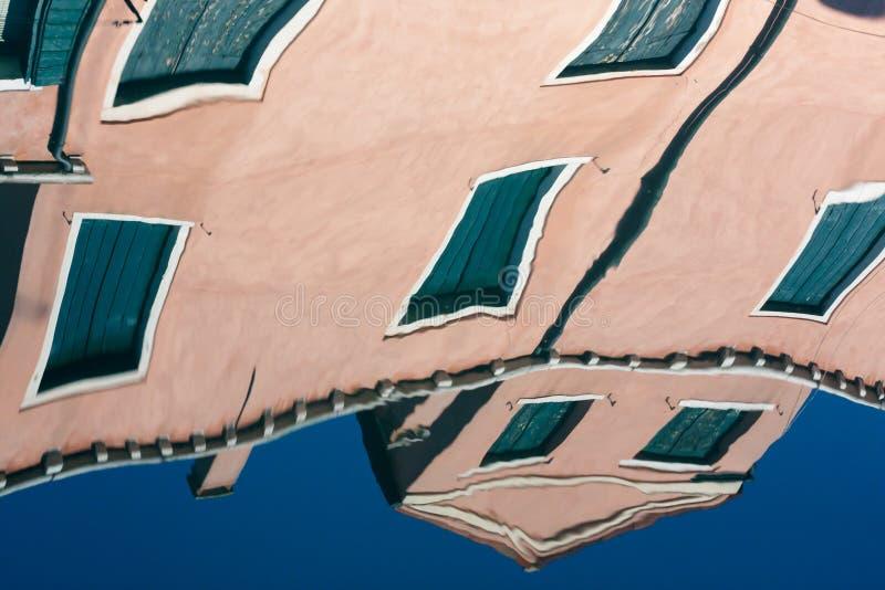 Riflessione in acqua del canale di Venezia immagini stock