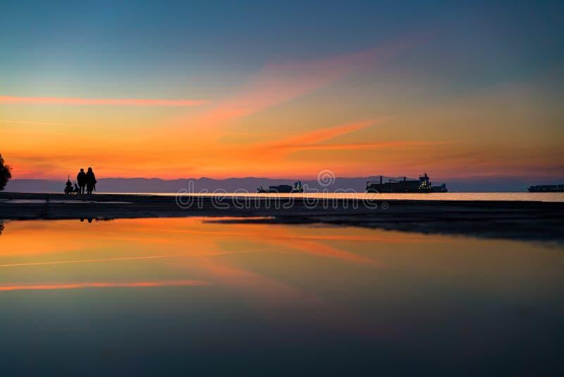 Riflessione adorabile del cielo di colori su acqua dopo pioggia dal mare, impianto di perforazione fotografia stock libera da diritti