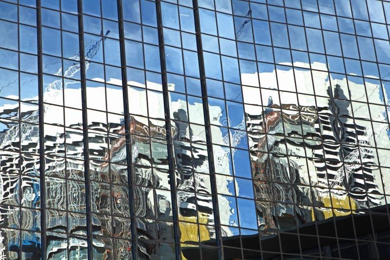 Riflessione astratta degli edifici per uffici fotografia stock libera da diritti