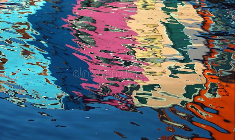 riflessione astratta sull'acqua delle case variopinte fotografie stock