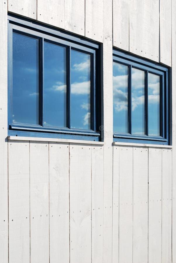 Riflessione bianca del cielo e della facciata fotografia stock