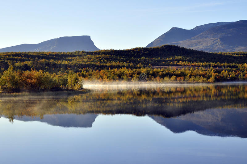 Riflessione calma del lago fotografia stock