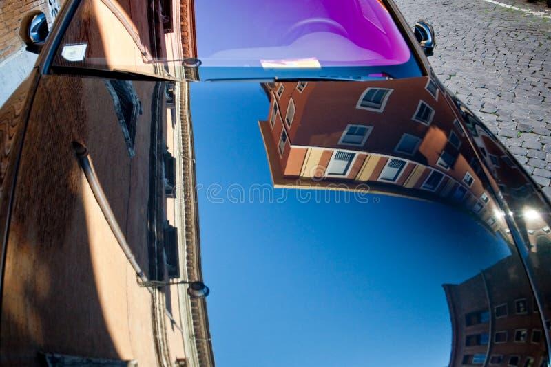 Riflessione in cappuccio lucidato nero dell'automobile fotografie stock libere da diritti