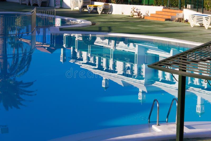 Riflessione degli appartamenti complessi duplex sulla piscina fotografie stock