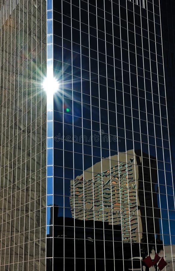 Riflessione degli edifici per uffici fotografia stock