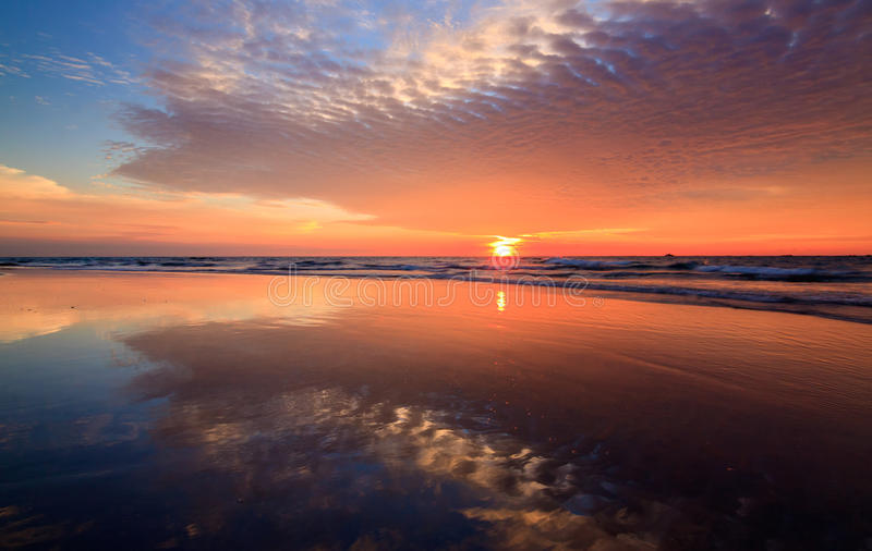 Riflessione dei colori di tramonto ad una spiaggia immagini stock