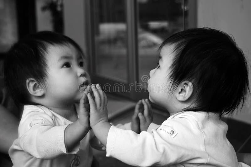 Riflessione del bambino fotografie stock