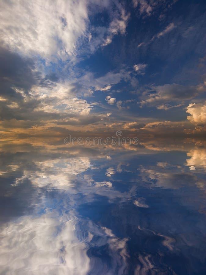Download Riflessione Del Cielo In Acqua Illustrazione di Stock - Illustrazione di giorno, ambiente: 7324715