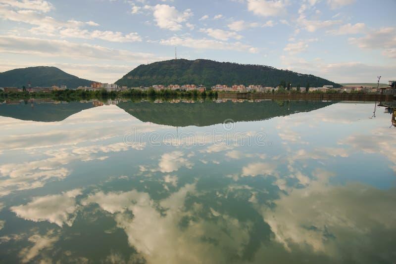 Riflessione del cielo in acqua calma immagini stock