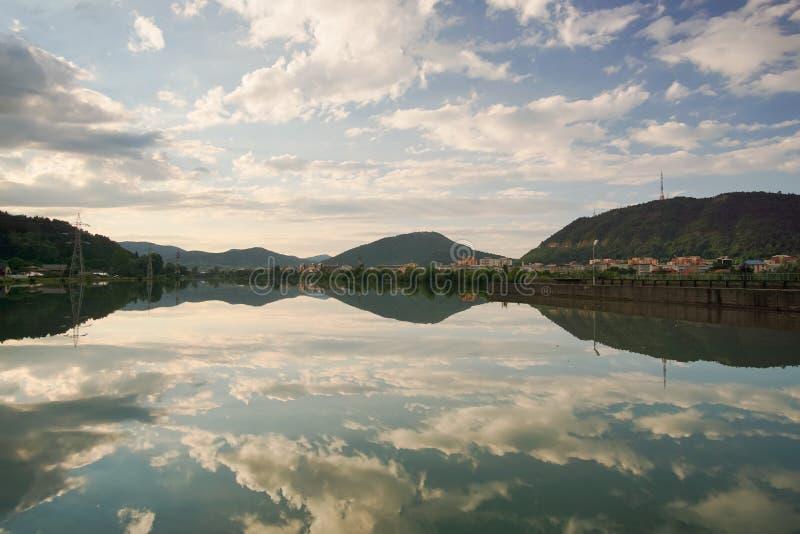 Riflessione del cielo in acqua calma immagini stock libere da diritti